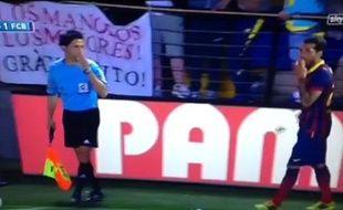 Le défenseur du FCBarcelone mange une banane jetée des tribunes, le 27 avril2014, à Villareal.