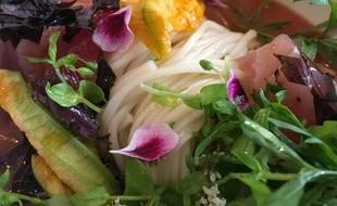 Udon de Nagasaki au gaspacho de tomate, aux légumes croquants et au thon du restaurant Dersou