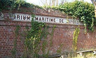 Le mur désormais détruit de l'ancienne halte ferroviaire du sanatorium de Zuydcoote.