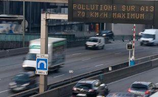 Un panneau recommande d'abaisser la vitesse sur l'autoroute en raison d'un épisode de pollution, à Paris le 12 décembre 2013