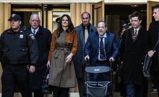 Harvey Weinstein et son avocate à la sortie du tribunal le 14 février.