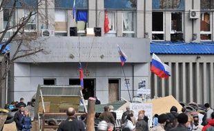 Rassemblement devant les locaux des services secrets où se sont retranchés des militants pro-Russes à Lugansk, à l'est de l'Ukraine, le 9 avril 2014