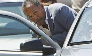Former NFL football star O.J. Simpson ducks into a car outside the Clark County Detention Center in Las Vegas, Nevada September 19, 2007 after being released from jail on bail of $125,000.