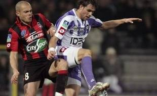 Nice s'est accroché dans le sillage immédiat (1 point) de Nancy. Les Aiglons bafouillaient pourtant, à l'image de Lloris laissant Arribagé marquer du... dos. Mais Ederson, à la 89e minute, recousait le fil de la série azuréenne - 13 matches de rang sans défaite. Le Brésilien courtisé par Lyon veut finir à Nice une saison exceptionnelle (le meilleur classement final de l'OGCN en 20 ans est 6e, en 1989).
