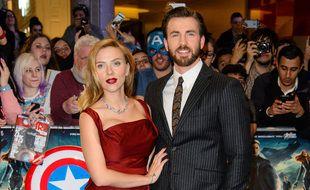 Les acteurs Scarlett Johansson et Chris Evans