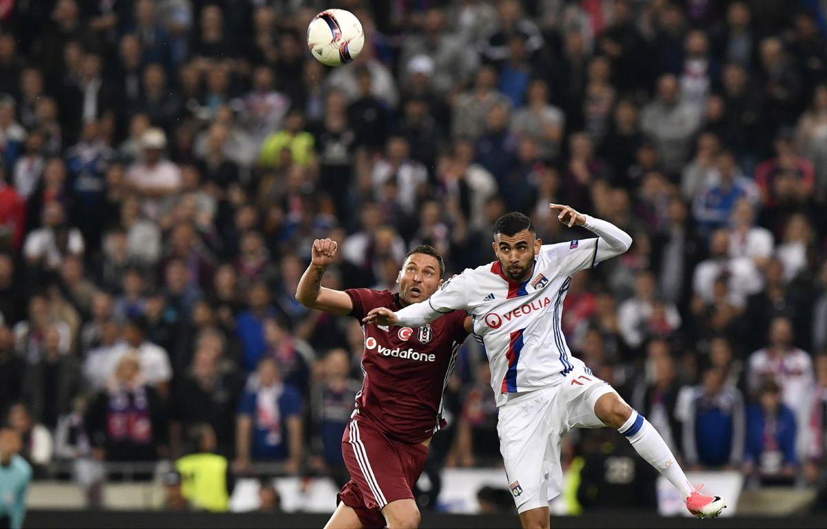 Le match entre l'OL et le Besiktas a démarré avec 45 min de retard, le 13 avril 2017. – JEFF PACHOUD / AFP