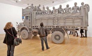 Transit (2010), l'œuvre de Valay Shende faite de bouchons en inox.