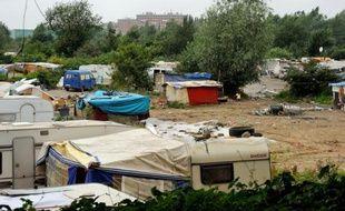 Environ 700 personnes ont manifesté samedi matin dans les rues de Lille contre l'éventuelle implantation sur la commune de Cysoing (nord) d'un campement de Roms évacués en août de la banlieue lilloise.