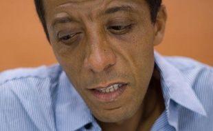 Brahim Naït-Balk évoque, dans «Un homo dans la cité», les insultes et agressions dont il a été victime dans les cités d'Aulnay et de Sèvres.