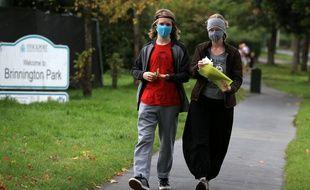 Des promeneurs portant un masque à Stockport, le 16 septembre 2020 au Royaume-Uni.