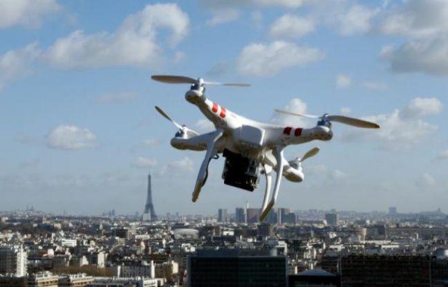 Un drone vole au-dessus de Saint-Cloud, près de Paris, le 27 février 2015.