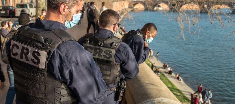 A Toulouse, des CRS surveillent les berges de la Garonne très fréquentées, le 27 février 2021.