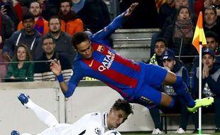Thomas Meunier concède un penalty face à Neymar, lors de Barcelone-PSG (6-1) en 8e de finale retour de Ligue des champions, le 8 mars 2017.