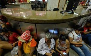 Des membres du mouvement des travailleurs sans domicile brésilien à l'intérieur du ministère de l'économie après une manifestation à Sao Paulo le 23 septembre 2015