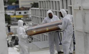 Le cercueil d'un homme de 65 ans mort du Covid-19, au Brésil le 24 septembre 2020.