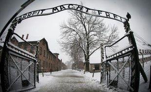 """L'entrée du camp d'extermination Auschwitz-Birkenau portant l'inscription """"Arbeit macht frei"""" (Le travail rend libre), à Oswiecim, en Pologne, le 25 janvier 2015"""