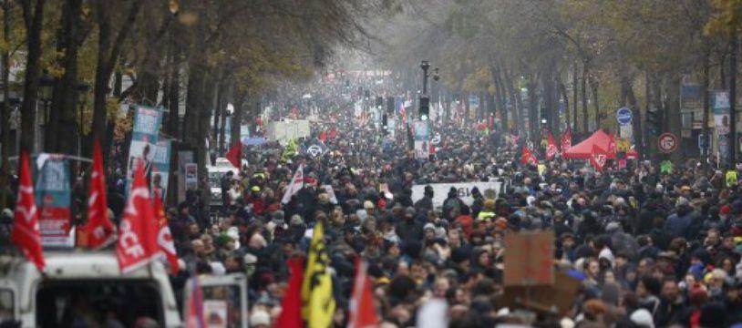 A Paris, un cortège de manifestants à la grève générale du 5 décembre contre la réforme des retraites.