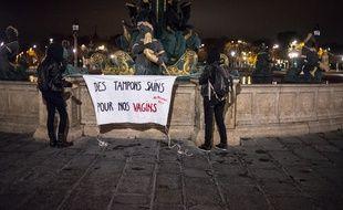 Des draps, sur lesquels des slogans et des phrases visent à dénoncer le manque de considération envers les menstruations, ont été accrochés à de nombreuses fontainesde la capitale.