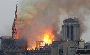 La flèche de Notre-Dame de Paris, en proie à un violent incendie, s'est effondrée le 15 avril 2019.