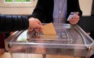 De la poudre blanche retrouvée dans lurne dun bureau de vote à