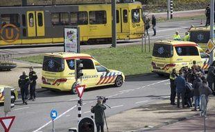 Des ambulances près du lieu où s'est déroulée la fusillade à Utrecht, lundi 18 mars.