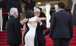 Le délégué général du Festival de Cannes Thierry Frémaux enlace (sans masque) Sophie Marceau, le 6 juillet 2021 sur les marches du Palais des festivals