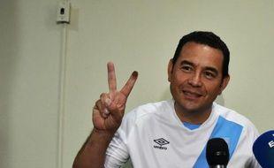 Jimmy Morales fait le signe de la victoire le 7 septembre 2015 lors d'une conférence de presse à Guatemala City après être arrivé en tête du premier tour de l'élection présidentielle