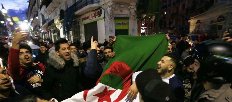 De jeunes Algériens défilent dans le centre d'Alger après l'annonce du retrait d'Abdelaziz Bouteflika de la course présidentielle, le 11 mars 2019.