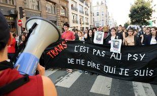 """Des personnes manifestent lors de la 12e édition de """"Existrans"""", la marche des personnes transsexuelles et transgenres le 11 octobre 2008 à Paris."""