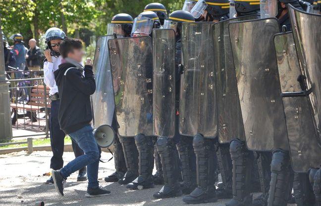 Une lycéenne devant les CRS, à Montpellier.