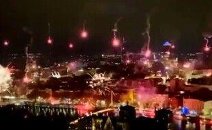 Un feu d'artifice s'est déclenché mardi soir à Lyon pour fêter le 8 décembre.