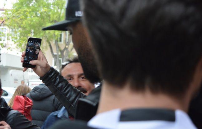Pascal Nouma, c'est huit selfies à la minute. Encore pire les jours de match.