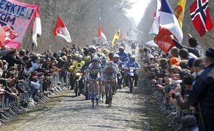 111e Ždition de la course cycliste Paris-Roubaix le 7 avril 2013. Ici les coureurs passent sur le mythique secteur pave de la Trouee d'Arenberg.