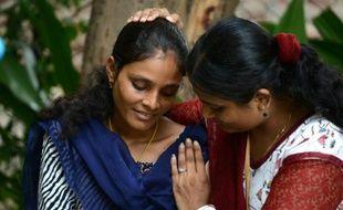 Santa Devi Meghwal (g) le 24 août 2015 à Jodhpur, victime d'un mariage forcé dans son enfance est consolée par Kriti Bharti qui doit l'aider à faire annuler cette union
