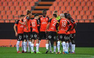 Lanterne rouge de Ligue 1, le club de Lorient est frappé de plein fouet par l'épidémie de coronavirus.