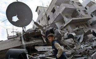 """Israël bombardait la bande de Gaza par les airs et par la mer, samedi, au début de la deuxième semaine de sa guerre contre le Hamas, dont le chef a prévenu qu'un """"sombre destin"""" attendait les soldats israéliens en cas d'offensive terrestre."""