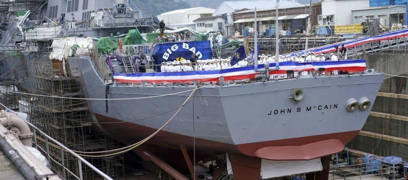 Le navire militaire américain USS John McCain, nommé ainsi d'après le sénateur républicain et héros de la guerre du Vietnam.