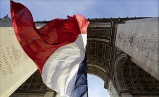 Le président français François Hollande a décidé la mise en berne des drapeaux en France pour honorer la mémoire de l'ex-président sud-africain Nelson Mandela, a annoncé vendredi à Pékin le Premier ministre Jean-Marc Ayrault.