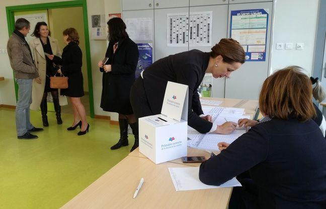 Fabienne Keller en pleine signature de la liste d'émargement, après avoir donné ses deux euros.