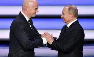 Gianni Infantino et Vladimir Poutine complotent quelque chose.
