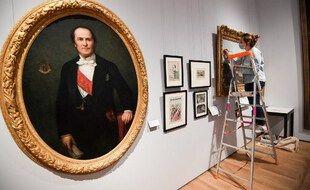 Un peintre travaille à la restauration d'un tableau au musée Carnavalet le 21 mai 2021 à Paris, qui rouvrira le 29 mai 2021 après une période de rénovation de quatre ans.