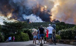 Evacuation des habitants et des vacanciers de Bormes les Mimosas dans le sud de la France ou le feu a repris a plusieurs endroits. Les sapeurs pompiers tentent  de proteger les habitations des flammes.