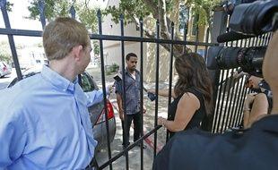 Un résident de l'établissement où réside le patient contaminé par le virus Ebola au Texas à Dallas, (Etats-Unis) le 1er octobre 2014.
