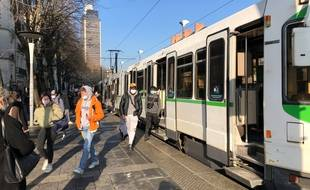 La ligne 2 de tramway à la station 50-Otages à Nantes.