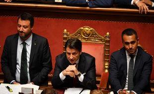 Le Premier ministre italien, Giuseppe Conte, le ministre de l'Intérieur, Matteo Salvini (gauche) et le ministre du Développement économique, du Travail et des Politiques sociales, Luigi Di Maio (droite), devant le Sénat à Rome, le 20 août 2019.