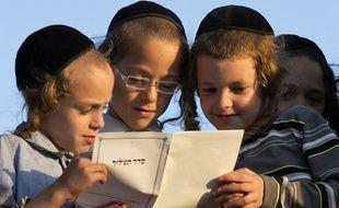 Des enfants portant une kippa.