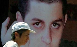 """Le soldat israélien Gilad Shalit, enlevé par des activistes palestiniens près de la frontière avec Gaza en juin 2006, sera """"immédiatement"""" relâché si Israël libère des prisonniers palestiniens, a affirmé vendredi au Caire un responsable du mouvement islamiste Hamas."""