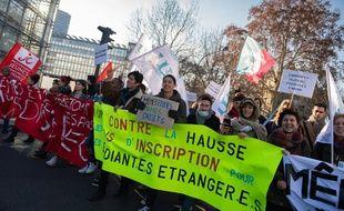 Des étudiants manifestent contre la hausse des frais d'inscription pour les étudiants étrangers le 13 décembre dernier à Paris.