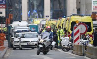 Voitures de police et secours près du métro Maelbeek à Bruxelles après l'attentat du mardi 22 mars 2016.