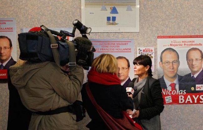 Des policiers perquisitionnent le siège de la fédération socialiste du  Pas-de-Calais à Lens, le 6 décembre 2012.La secrètaire générale,  Catherine Génisson.